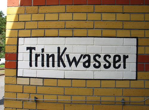 Trinkwasser-Schriftzug an der Wand (Bild: virtualkris, CC BY-NC-SA 2.0)