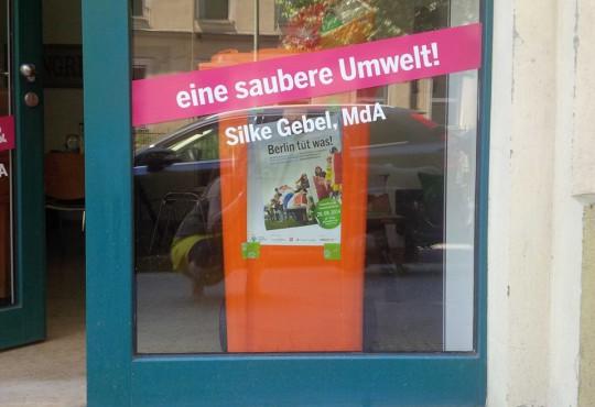BSR-Tonne im Umweltbüro in Berlin (Bild: Silke Gebel, MdA; CC BY-NC-ND 2.0)