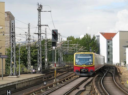 Berliner S-Bahn fährt durch Wohngebiet (Bild: Michael Day, CC BY-NC 2.0)