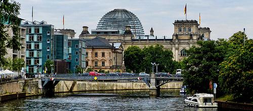 Bundestag mit Blick auf die Spree (Bild: Mariano Mantel, CC BY-NC 2.0)