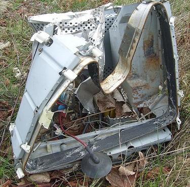Elektroschrott auf der Wiese (Bild: Thomas Kohler, CC BY-SA 2.0)