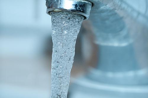 Fließendes Trinkwasser aus Wasserhahn (Bild: Carl, CC BY 2.0)