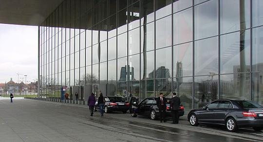 Fuhrpark vor dem Paul-Löbe-Haus in Berlin (Bild: Blunt, CC BY-SA 3.0)