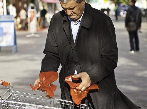 Mann beim Einkaufen mit zu vielen Plastiktüten (Bild: Sascha Kohlmann, CC BY-SA 2.0)