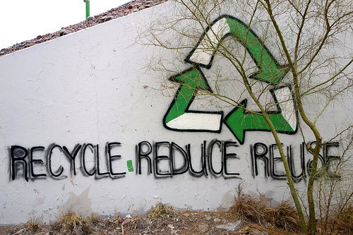 Recycle-Grafitti an der Wand (Bild: Kevin Dooley, CC BY 2.0)
