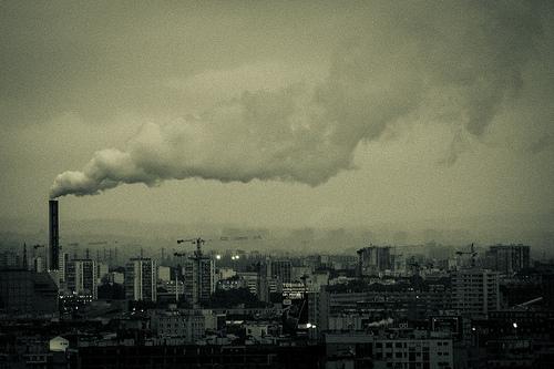Schornstein über der Stadt (Bild: Damián Bakarcic, CC BY 2.0)