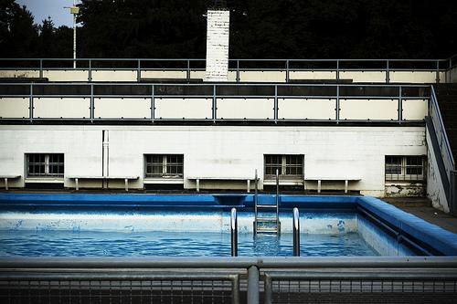 Schwimmbecken voll Wasser (Bild: Till Dettmering, CC BY 2.0)