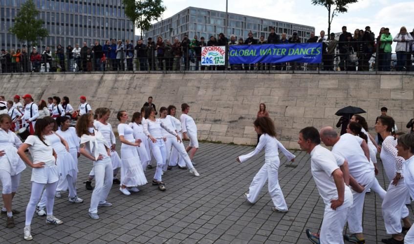 Global Water Dances 2015 in Berlin (Bild: Katharina-Franziska Kremkau / Silke Gebel, MdA; CC BY 4.0)