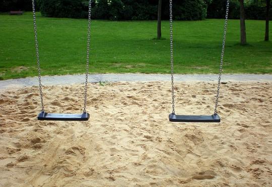 Leere Schaukeln auf einem Spielplatz (Bild: chaouki, CC-BY-SA-2.0)