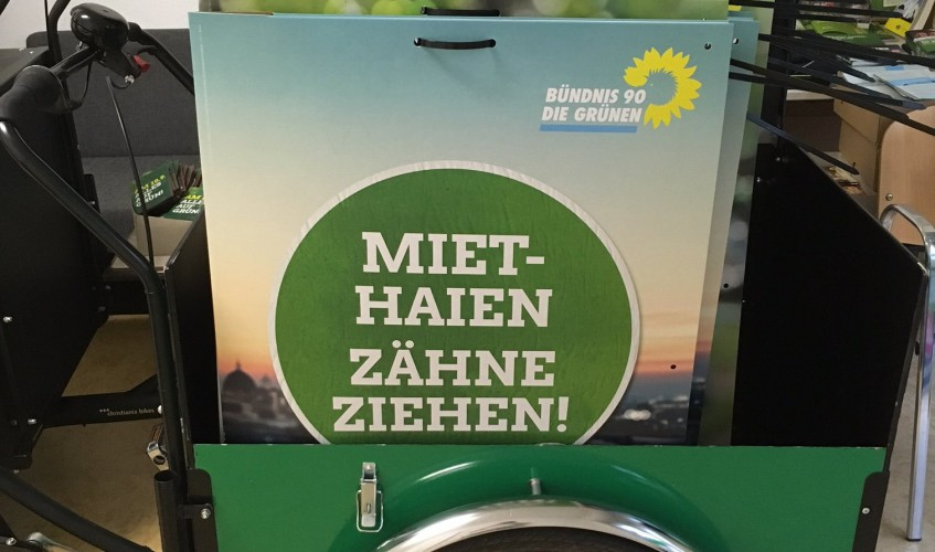 Fädelparty-mit-Wahlplakaten-im-Umwetlbüro-Berlin-Mitte-Image-Sönke-Hellberg-CC-BY-4.0
